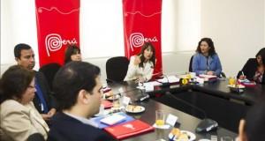 """Perú registró 3,21 millones de turistas internacionales en 2014, un 2,5 más La ministra peruana de Comercio Exterior y Turismo, Magali Silva (c), habla durante la presentación del reporte anual """"Perfil del turista extranjero"""" en Lima (Perú)."""