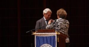 """Vargas Llosa afirma que la literatura permite crear """"mundos maravillosos"""" El escritor peruano Mario Vargas Llosa recibe una condecoración como embajador ilustre de la Ciudad de Houston por parte de la concejal Ellen R. Cohen, este sábado, durante el cierre del Tercer Festival Internacional de Literatura que se celebró en Houston, Texas (Estados Unidos)."""