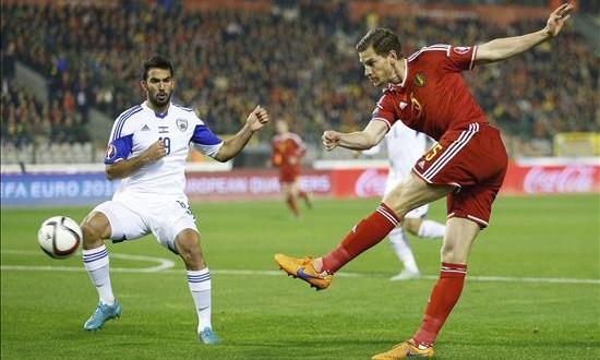 Bélgica, número uno por primera vez en la historia El defensa de la selección de fútbol belga Jan Vertonghen (d) lucha por el control del balón con el defensa turco Orel Dgani (i) durante un partido de clasificación para la Eurocopa de 2016 en el estadio Rey Balduino de Bruselas, Bélgica, el pasado 13 de octubre.