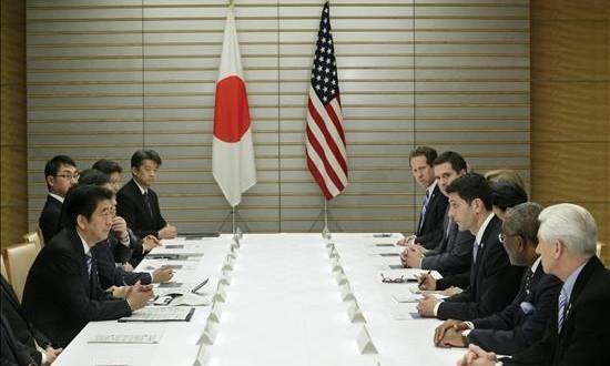 Divulgan texto completo del acuerdo comercial TPP un mes después de su firma El presidente de la Cámara de Representantes estadounidense y del comité presupuestario de la cámara, Paul Ryan (3-d), lidera la delegación estadounidense que se reunió con el primer ministro japonés, Shinzo Abe (3-i), para hablar del Acuerdo de Asociación Transpacífico (TPP) en la residencia oficial del primer ministro japonés en Tokio (Japón).