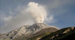 El volcán peruano Ubinas lanza una columna de ceniza de 2 kilómetros sobre su cráter El Comité Científico de Monitoreo Permanente del El volcán peruano Ubinas lanza una columna de ceniza de 2 kilómetros sobre su cráter El Comité Científico de Monitoreo Permanente del volcán Ubinas, conformado por el Observatorio Vulcanológico del Sur (OVS) del IGP y el Observatorio Vulcanológico (OVI) del Ingemmet, alertó que las cenizas se desplazarán especialmente en dirección sureste y afectarán a poblaciones del valle de Ubinas. , conformado por el Observatorio Vulcanológico del Sur (OVS) del IGP y el Observatorio Vulcanológico (OVI) del Ingemmet, alertó que las cenizas se desplazarán especialmente en dirección sureste y afectarán a poblaciones del valle de Ubinas.