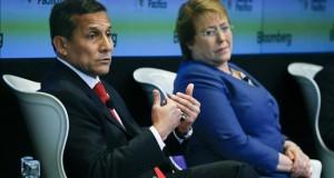 Perú niega la presencia de militares peruanos en la frontera con Chile En la imagen, el presidente de Perú, Ollanta Humala (i), junto a su colega de Chile, Michelle Bachelet.