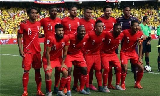 Perú inicia la preparación del partido ante Paraguay con cuatro jugadores en reserva Los jugadores de Perú forman antes del partido ante Colombia, el pasado jueves 8 de octubre de 2015, durante la primera fecha de las eliminatorias suramericanas al Mundial Rusia 2018