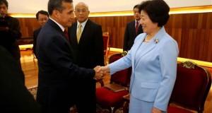 Humala se reúne con la jefa del Frente Unido del Partido Comunista de China Fotografía cedida por la presidencia de Perú en la que se registró al mandatario peruano Ollanta Humala (3-i) al saludar a la jefa del Frente Unido del Comité Central del Partido Comunista de China (PCCh), S (d), en Palacio de Gobierno de Lima (Perú).