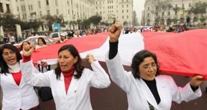 El BID presta 300 millones de dólares a Perú para modernizar su sanidad Cientos de médicos del sector público marchan hacia el Congreso de Perú en una huelga como medida de protesta por sus bajos salarios, en Lima.