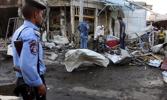 Al menos cinco muertos y veintidós heridos en el doble ataque a la mezquita en Irak Un policía iraquí observa el lugar del atentado con coche bomba perpetrado en la localidad de Al Zubair, en la provincia de Basora (Irak).