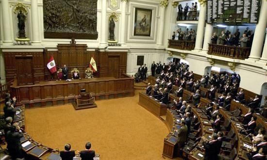 El presupuesto general de Perú para 2016 será de 40.852 millones de dólares La decisión del pleno del Legislativo, que también aprobó los proyectos de leyes de Endeudamiento y de Equilibrio Financiero para el próximo ejercicio fiscal, se tomó a las 04.00 horas (09.00 GMT) de este sábado.
