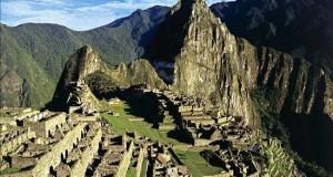 Machu Picchu ya puede ser recorrido mediante Google Street View La ciudadela de Machu Picchu es Patrimonio de la Humanidad desde 1983 y está construida a 2.400 metros de altitud, sobre una escarpada montaña que rodea el río Urubamba.