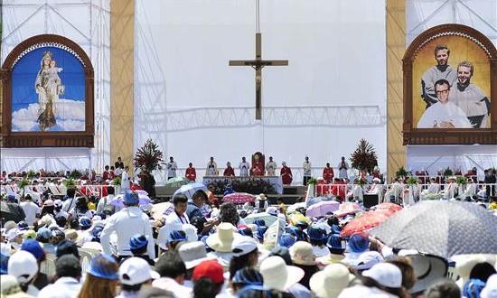 Reliquias de mártires beatos de Perú son presentadas en la Catedral de Lima Fotografía de la ceremonia de beatificación de los sacerdotes franciscanos polacos Miguel Tomaszek y Zbigniew Strzalkowski y el diocesano italiano Alessandro Dordi, el pasado 5 de diciembre, en el estadio de la ciudad en Chimbote (Perú).