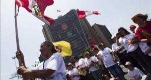 """Cerca de cien mil peruanos son residentes permanentes en Chile desde 2005 El parlamentario andino peruano Hildebrando Tapia saludó que Chile esté preparando una nueva ley de migraciones porque, en su opinión, tiene que """"acoger mejor, con mayor inclusión, a migrantes como los peruanos que con su trabajo reconocido han ayudado a este país a estar donde está""""."""