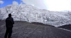 Un dron para captar la contaminación en las cimas de los Andes Fotografía sin fechar de un hombre manipulando un dron con el objetivo de calcular los niveles de contaminación del aire en zonas de difícil acceso en Cuzco (Perú).
