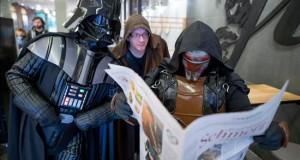 El sueño de George Lucas revive casi 40 años después De iz. a der. Dos aficionados vestidos de Darth Vader, a Jedi, y Darth Revan leen la prensa en un café de Hamburgo (Alemania). El estreno del fime de la saga Star Wars está previsto para el próximo 17 de diciembre en Alemania.