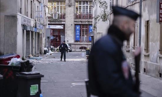 Un encapuchado hiere a un profesor en una escuela de las afueras de París en nombre del EI La policía vigila una calle de un barrio de las afueras de París.