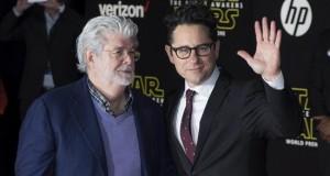 """""""Star Wars"""" despliega su Fuerza en el estreno mundial de """"The Force Awakens"""" El director, guionista y productor estadounidense J.J. Abrams (d) posa junto al director, guionista y productor George Lucas (iz), creador de Star Wars, a su llegada al preestreno de """"Star Wars: El Despertar de la Fuerza"""", anoche en Hollywood (Estados Unidos)."""