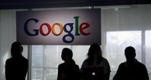 """Un juego de Google convierte el teléfono en una espada láser de """"Star Wars"""" Un grupo de asistentes esperan el inicio de la presentación del primer teléfono celular de Google."""