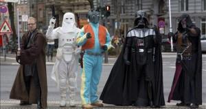 """""""Star Wars: El despertar de la fuerza"""", más que un gran espectáculo Miembros del club de fans de la saga """"Star Wars"""" desfilan disfrazados por las calles de Hamburgo, Alemania, pocos días antes del gran estreno de """"Star Wars: El despertar de la fuerza""""."""