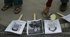 Perú destina 1 millón de dólares a reparar a las víctimas del conflicto interno Detalle de fotografía de las víctimas de los crímenes de lesa humanidad en Perú.