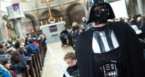 """""""Star Wars"""" llena la misa del domingo en una pequeña iglesia berlinesa Pocos domingos se había visto tan llena la pequeña iglesia protestante de Sión, en el céntrico barrio berlinés de Mitte, que hoy acogió una misa """"Star Wars"""" con la que dos vicarios animaron a los feligreses a permanecer alejados del """"lado oscuro"""""""