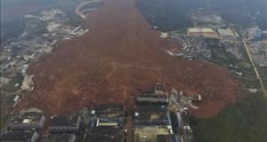 Sigue la búsqueda contrarreloj de 91 desaparecidos en un corrimiento de tierras en China Vista aérea de la gigante lengua de tierra que enguyó decenas de edificios tras el alud ocurrido ayer en la ciudad de Shenzhen, China.