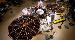 La NASA pospone por problemas técnicos el lanzamiento de su próxima misión a Marte Fotografía cedida por la NASA, hoy, del interior de la nave de Exploración Interior a través de Investigaciones Sísmica Geodesia y Transporte de Calor (InSight, por sus siglas en ingles) en una habitación limpia en Lockheed Martin, cerca a Denver (EE.UU.).