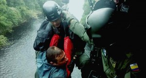 Rescatan a dos ciudadanos polacos perdidos en la Amazonía colombiana Fotografía cedida por la Fuerza Aérea Colombiana (FAC), hoy miércoles 23 de diciembre de 2015, del rescate del ciudadano polaco Tominik Sczepanski (i) en el Parque Nacional Natural de Chiribiquete (Colombia).