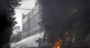 Un incendio consumió tres fábricas en Lima y un bombero resultó herido en Navidad En Lima son comunes los incendios por materiales pirotécnicos en esta época del año por la quema de castillos y cohetecillos, razón por la cual varios municipios han establecido multas para las personas que quemen muñecos o usen pirotécnicos en la vía pública.
