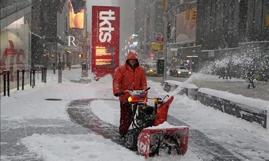 La atípica Navidad neoyorquina este año además bate récord de temperatura El día de Navidad puede tener muchas variables según el origen de cada vecino de Nueva York, aunque eso sí, este 25 casi todo el mundo se libra de ir a trabajar, incluso los brókeres de Wall Street descansan en esta jornada, en la que los mercados cierran