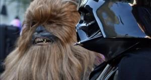 """Nueva entrega de """"Star Wars"""" supera los 1.000 millones de dólares en taquilla Darth Vader (d) y Chewbacca (i)."""