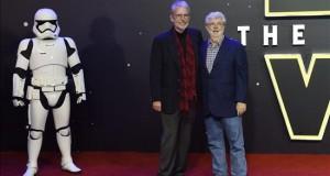 """George Lucas critica el tono """"retro"""" de """"Star Wars: The Force Awakens"""" El cineasta estadounidense George Lucas (d) posa con un invitado en la alfombra roja en el prestreno de la película """"Star Wars: El despertar de la Fuerza"""", en Leicester square, en Londres, Reino Unido."""