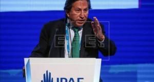 Candidatos peruanos presentaron sus propuestas para recuperar el crecimiento El candidato a la presidencia y exmandatario peruano Alejandro Toledo, del partido político Perú Posible, fue registrado este viernes al presentar sus planes de gobierno, con miras a las elecciones de 2016, en el marco de la Conferencia Anual de Ejecutivos (CADE) 2015, en el balneario de Paracaa, aproximadamente a 280 kilómetros al sur de Lima.