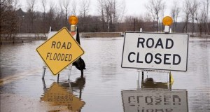 Inundaciones en cuenca del Misisipi dejan 24 muertos y 4 estados anegados Vista de un letrero que indica un camino cerrado debido a las inundaciones hoy, jueves 31 de diciembre de 2015, en Arnold, Misuri (EE.UU.). Las fuertes inundaciones en la cuenca del caudaloso río Misisipi han dejado 24 muertos, autopistas cerradas, infraestructuras inservibles y cuatro estados del medio oeste de EE.UU. anegados. El Servicio Meteorológico estadounidense mantiene la alerta por riesgo de inundación los estados de Illinois, Misuri, Oklahoma y Arkansas.