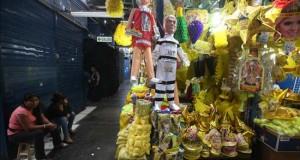 Perú revienta piñatas de políticos como símbolo de descontento en Noche Vieja Piñatas que representan a distintos políticos y personajes de la sociedad peruana exhibidas de uno de los tantos locales comerciales del centro de Lima, característico de las celebraciones de fin de año en el país.
