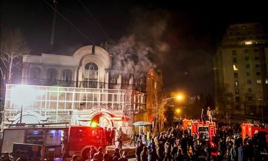 Manifestantes incendian la embajada de Arabia Saudí en Teherán Los manifestantes asaltan el edificio de la embajada saudí en Teherán en protesta por la ejecución de un clérigo chiíta.