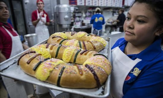 La rosca de Reyes mantiene su arraigo entre los hispanos de Texas Claudia Chavarría de El Salvador, traslada una bandeja con Roscas de Reyes para llevarlas al mostrados hoy, domingo 03 de enero de 2016, en la panadería El Bolillo en Houston, Texas,
