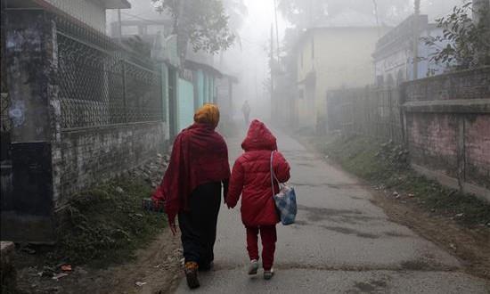 Al menos seis muertos y 43 heridos por un terremoto de 6,7 grados en la India Una mujer camina con su hija por una calle de Pabna, en Bangladesh, cubierta de polvo tras el terremoto registrado en la vecina India, que se ha sentido en todo el país.