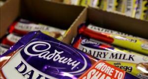 La Sanidad inglesa lanza aplicación que mide el azúcar en alimentos y bebidas Tabletas de chocolate Cadbury en una tienda de alimentación de Londres, Reino Unido.