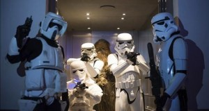 """""""Star Wars"""" domina sin rival la taquilla por tercera semana seguida Seguidores de la afamada saga Star Wars posan vestidos de """"stormtroopers"""" y """"Chewbacca""""."""