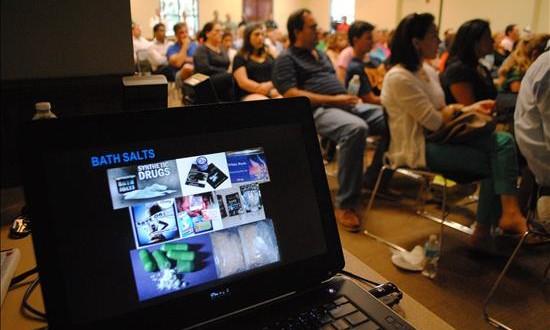 """Gran jurado recomienda nuevos métodos para combatir la droga """"flakka"""" Vista de asistentes a una charla sobre drogas sintéticas en el centro comunitario de Weston en Miami (Estados Unidos)."""