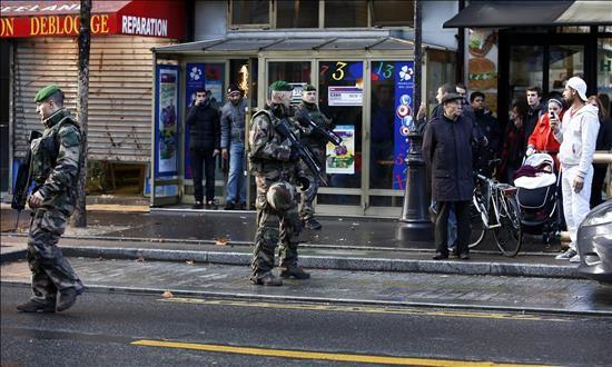 """La policía mata al hombre que atacó una comisaría del norte de París Varios militares patrullan cerca del lugar donde la Policía francesa mató al hombre armado que trató de atacar hoy una comisaría del barrio de la Goutte d'Or, al norte de París, Francia. El hombre, que llevaba explosivos, trató de entrar hacia las 12.00 en la comisaría al grito de Allahu Akbar (Alá es grande), elementos que acreditarían la idea de una acción terrorista, indicó la emisora """"France Info""""."""