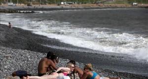 Perú, el país con mayor radiación solar del mundo, alcanza niveles históricos Turistas toman el sol en las playas de la Costa Verde de Lima (Perú).