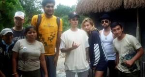 Vigilants echan a Justin Bieber del sitio arqueológico de Tulum en México Fotografía cedida por la compañía turística AllTourNative que muestra a la estrella pop canadiense Justin Bieber está de vacaciones la Riviera Maya, Caribe mexicano.