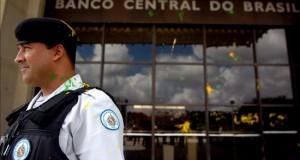 Ordenan la liquidación extrajudicial del mexicano Banco Azteca en Brasil Un policía custodia la sede del Banco Central de Brasil, en Brasilia.