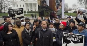 Congresistas y entidades piden protección para inmigrantes centroamericanos El congresista demócrata por Illinois, Luis Gutiérrez (c), pronuncia un discurso durante una manifestación organizada para reclamar la protección de los inmigrantes amenazados de deportación, en la Avenida Pensilvania, frente a la Casa Blanca, Washington, Estados Unidos, hoy 8 de enero de 2016.