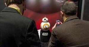 Invasión robótica en Las Vegas Fotografía cedida por Las Vegas News Bureau (LVNB) muestra a dos hombres tomando una fotografía de la figura de la película Star Wars BB-8 hoy, miércoles 6 de enero de 2015, durante la feria de tecnología CES en Las Vegas, Nevada (EE.UU.).