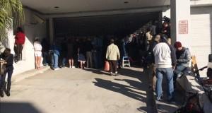 Amenaza de bomba fuerza a evacuar una terminal del aeropuerto de Los Ángeles  Un grupo de personas, entre curiosos y miembros de la prensa, permanecen en el garaje de la Policía.