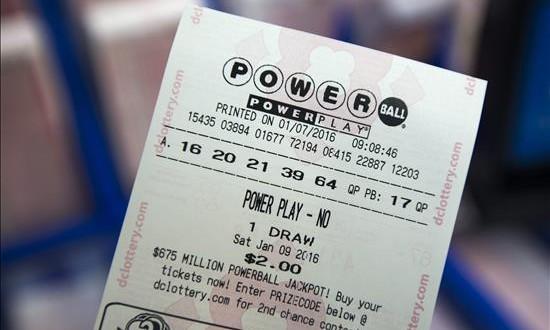 El bote de la lotería Powerball sube a un récord de 1.300 millones de dólares Vista de un billete de la lotería Powerball multiestatal en Rodman's Food and Drug en Washington, EE.UU.