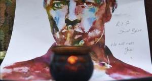 """Artistas y políticos lamentan la muerte de Bowie, un """"héroe"""" de la música Una vela encendida frente a una acuarela del cantante británico David Bowie en Brixton, Londres (Reino Unido), el 11 de enero de 2016."""