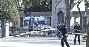 """La UE condena el """"brutal"""" ataque en Estambul y pide más esfuerzos contra el terrorismo Policías acordonan la zona junto a los cadáveres de varias víctimas en el escenario de la fuerte explosión registrada hoy junto a la Mezquita Azul, en el turístico distrito de Sultanahmet, en el centro de Estambul (Turquía)."""