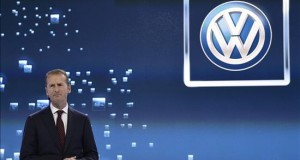 Rechazo al plan de reparación de los motores trucados complica la vida a VW El presidente del Comité Ejecutivo de la marca Volkswagen, Herbert Diess, interviene durante el Salón Internacional del Automóvil de Norteamérica (NAIAS) inaugurado en el Cobo Center de Detroit, Michigan (Estado Unidos).