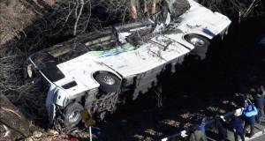 Al menos 14 muertos y 27 heridos en un accidente de autobús en Japón Varias personas observan un autobús siniestrado en Karuizawa en la prefectura de Nagano (Japón) hoy, 15 de enero de 2016.